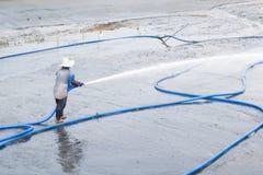 Arbeitskräfte benutzen Hochdruckwasserreinigungs-Garnelenteich Lizenzfreie Stockbilder