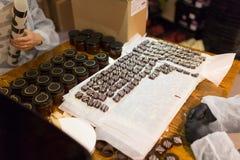 Arbeitskräfte an den Süßigkeitengeschäfts-Verpackungssüßigkeiten stockfoto