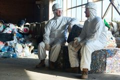 Arbeitskräfte in der Abfallbehandlungswerkstatt Stockbilder
