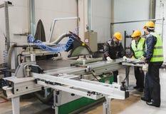 Arbeitskräfte an der CNC-Maschinenwerkstatt Lizenzfreie Stockbilder