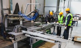 Arbeitskräfte an der CNC-Maschinenwerkstatt Lizenzfreie Stockfotos