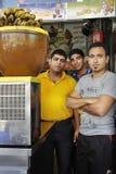 Arbeitskräfte in der Frucht Juice Shop in Shiraz-Stadt lizenzfreies stockbild