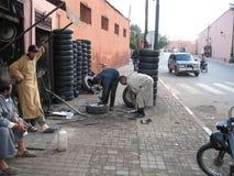 Arbeitskräfte an der Garage in Marrakesch, Marokko Lizenzfreie Stockbilder