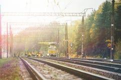 Arbeitskräfte in der orange Regenmantelreparatureisenbahn Stockbilder
