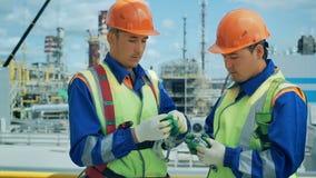 Arbeitskräfte in der Produktionsanlage als besprechendem Team, industrieller Szene im Hintergrund stock footage