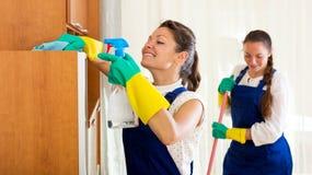 Arbeitskräfte der Reinigungsfirma Stockfotos