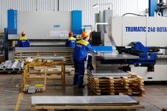 Arbeitskräfte in der Verdrängungswerkstatt in Anlage Lizenzfreie Stockfotos