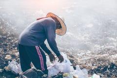 Arbeitskräfte, die überschüssige Plastikwasserflaschen trennen stock abbildung