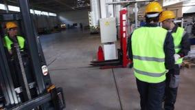 Arbeitskräfte, die Aluminiumbillet nehmen stock video