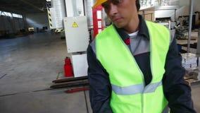 Arbeitskräfte, die Aluminiumbillet nehmen stock footage