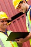 Arbeitskräfte, die Behälter notieren Stockfoto