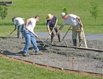 Arbeitskräfte, die Beton glatt machen lizenzfreies stockfoto