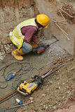 Arbeitskräfte, die Beton unter Verwendung der mobilen Bohrmaschine bohren Stockbild