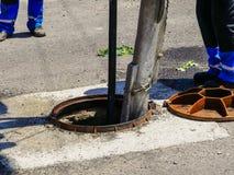 Arbeitskräfte, die das Abwasser an einem residentual Haus säubern Stockfoto