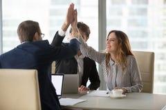 Arbeitskräfte, die das Hoch fünf motiviert für Erfolg geben stockbilder