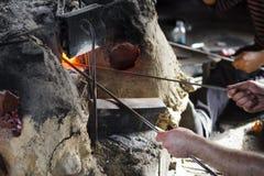 Arbeitskräfte, die in der traditionellen Glaswerkstatt arbeiten Lizenzfreies Stockbild