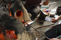 Arbeitskräfte, die in der traditionellen Glaswerkstatt arbeiten Stockfoto
