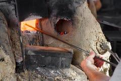 Arbeitskräfte, die in der traditionellen Glaswerkstatt arbeiten Stockbilder