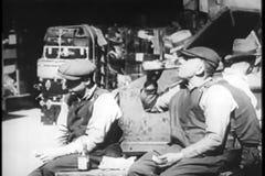 Arbeitskräfte, die draußen das Mittagessen, New York City, dreißiger Jahre essen stock footage