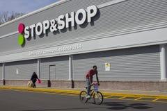 Arbeitskräfte, die draußen vom Halt u. vom Geschäft in Neu-Britannien, Connecticut schlagen stockfotos
