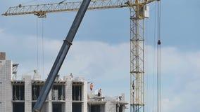 Arbeitskräfte, die ein Gebäude errichten stock video footage
