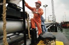 Arbeitskräfte, die für das Laden des Rohöls sich vorbereiten Stockfotografie