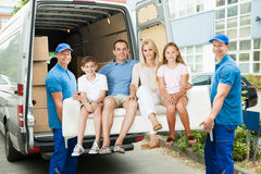 Arbeitskräfte, die Familie mit Sofa tragen lizenzfreie stockfotografie