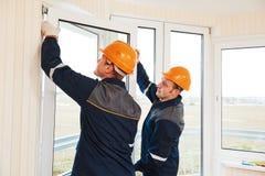 Arbeitskräfte, die Fenster installieren stockfotos