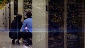 Arbeitskräfte, die im Server-Raumvideo arbeiten stock video