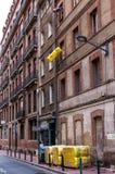 Arbeitskräfte, die Isolierung in eine Wohnung hochziehen Lizenzfreie Stockfotografie