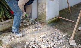 Arbeitskräfte, die Jackhammer verwenden stockfoto