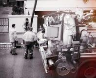 Arbeitskräfte, die Kanalisations-LKW verwenden Stockbilder