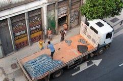 Arbeitskräfte, die LKW entladen Lizenzfreie Stockfotografie