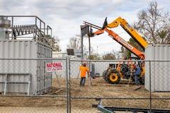 Arbeitskräfte, die mit Schwermaschinen errichten stockfotografie