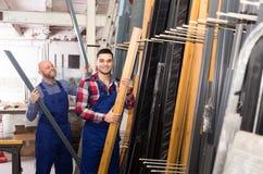 Arbeitskräfte, die nach PVC-Profilen suchen Lizenzfreie Stockfotos