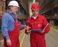Arbeitskräfte, die Rechnung überprüfen Stockfoto
