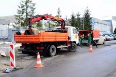Arbeitskräfte, die Straße in der Straße von Vilnius-Stadt reparieren Lizenzfreie Stockfotos
