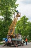 Arbeitskräfte, die Straßenlaterne reparieren Lizenzfreies Stockfoto