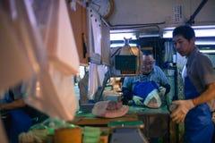 Arbeitskräfte, die Thunfisch am Tsukiji Markt in Japan aufbereiten Lizenzfreie Stockfotos