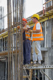 Arbeitskräfte, die Verstärkungsstahlstangen binden stockfotos