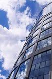 Arbeitskräfte, die Wolkenkratzer widergespiegelte Fenster säubern Lizenzfreies Stockfoto
