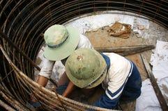 Arbeitskräfte, die Zementabzugskanal für Straßenarbeiten werfen Lizenzfreie Stockfotos