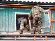 Arbeitskräfte entfernen das alte Fenster im Haus Lizenzfreie Stockbilder
