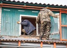 Arbeitskräfte entfernen das alte Fenster im Haus Lizenzfreie Stockfotografie