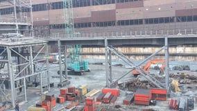 Arbeitskräfte errichten eine neue Anlage am metallurgischen Unternehmen stock footage