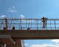 Arbeitskräfte errichten einen Fußgängerübergang Lizenzfreies Stockbild
