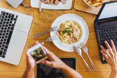 Arbeitskräfte essen während der Sitzungen in den Cafés stockbild