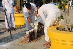 Arbeitskräfte gießen Gold in die Form, um eine Buddha-Statue herzustellen Stockbild