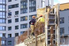 Arbeitskräfte gießen konkretes an einem Hausbau stockbild