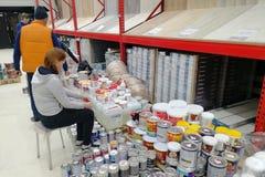 Arbeitskräfte im Baumarkt nehmen die Waren und kleben die Preise stockfoto